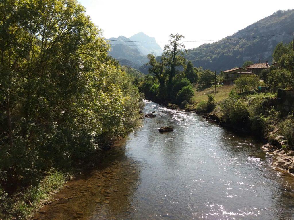 Rio Sella sobre el puente de El Pontigu, a su paso por Casa Tita.