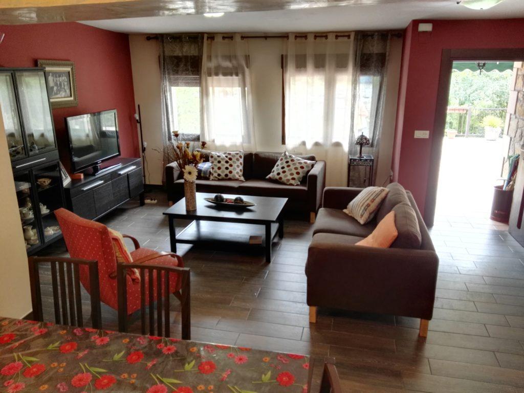 El Salón de la casa Rural Tita es el espacio de reunión por excelencia donde disfrutar de la compañía mutua, de los amigos, de la familia...